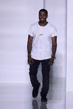 Kanye West debuteaza la Paris Fashion Week