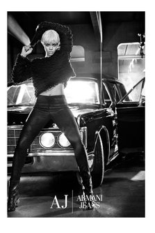 Rihanna pentru Armani Jeans