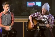 Justin Bieber canta As Long As You Love Me acustic