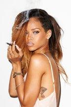 Rihanna - o pereche de tenisi, mai multe tinute