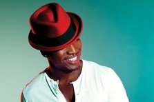 Ne-Yo face isi canta toate hiturile in 10 minute!
