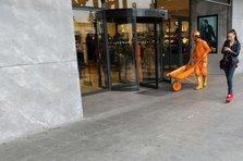 Care-i faza cu oamenii imbracati in portocaliu? (video)
