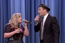 Kelly Clarkson si Jimmy Fallon recreeaza cele mai tari duete (video)