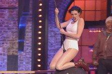 Anne Hathaway mai dezbracata decat Miley Cyrus (video)
