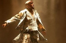 Kanye West a cantat Bohemian Rapsody la Glastonbury (video)