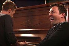 Chris Martin si Jimmy Fallon aduc un tribut lui David Bowie (video)