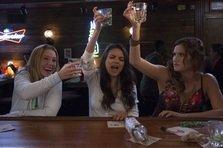 Mila Kunis si Kristen Bell in BAD MOMS (trailer NSFW)