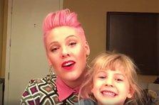 Pink raspunde live fanilor pe Facebook (video)