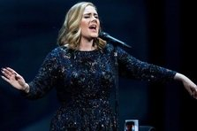 Adele a refuzat sa cante la Superbowl!