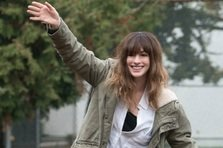 Anna Hathaway controleaza monstrii in COLOSSAL