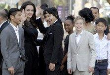 Angelina Jolie si copiii ei, la premiera din Cambodgia a celui mai nou film al sau