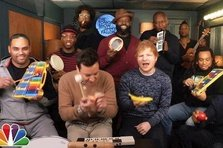 Ed Sheeran si Jimmy Fallon canta la instrumente de jucarie Shape of You
