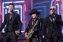 Pitbull feat. Robin Thicke & Travis Barker - Bad Man (videoclip nou)