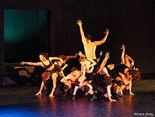 On the roof – 14 tineri actori care au devenit dansatori intr-un spectacol plin de umor